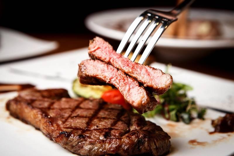 筋トレ中の外食。高タンパク低脂質のおすすめメニューを外食チェーン別に解説