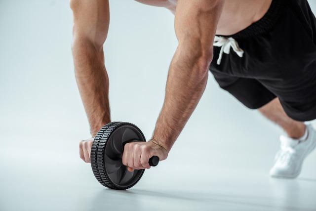 【家トレ】腹筋ローラーは毎日でもOK? 効果的な頻度と方法を解説