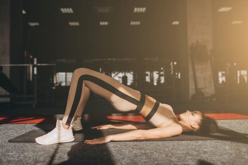 ヒップリフトの効果的なやり方を画像で解説。体幹引き締め効果あり