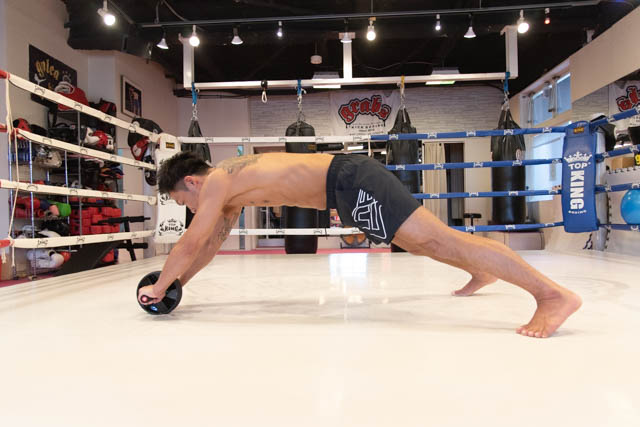 【プロ監修】腹筋ローラーは毎日でもOK? 効果的な頻度と正しいやり方