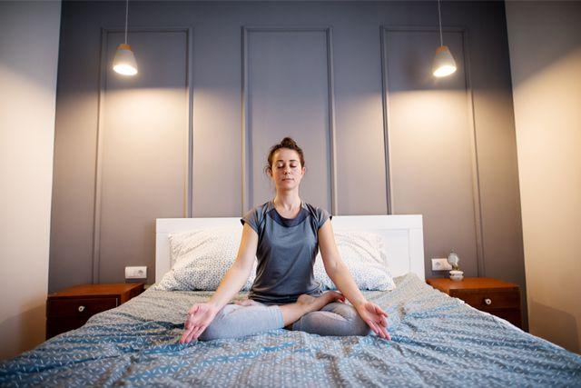 【ベッドの上でOK】寝る前ヨガの効果とおすすめポーズ6選