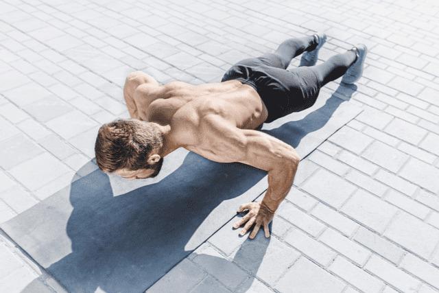 朝の筋トレは三文の徳!気になる筋肥大の効果、早朝におすすめのメニューを解説
