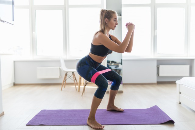 太ももを鍛えるチューブトレーニング