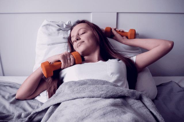 寝る前の筋トレには要注意。筋肉を減少させてしまう、その理由とは?