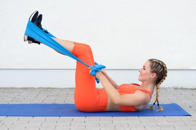 腹筋を鍛えるチューブトレーニング