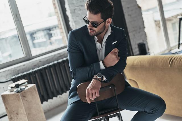 モテる細マッチョな男性がスーツを着ている写真