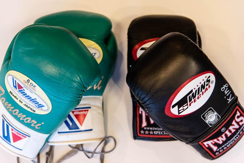 グローブの種類。スパーリング・本番用のボクシンググローブ(左)と、練習用のパンチンググローブ(右)