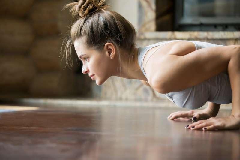 【初心者向け】女性に嬉しい胸筋の鍛え方。自宅筋トレで魅惑のバストへ