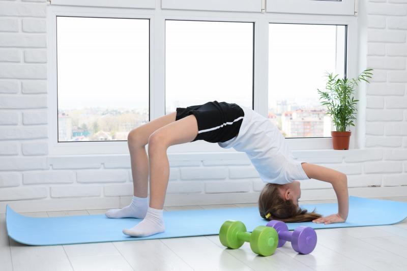2. 頭を床につけながら膝を持ち上げる