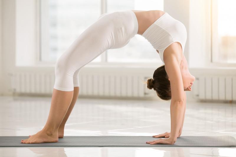 3. 腕を伸ばしつつ腰をさらに持ち上げる