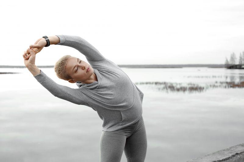 体の側面を伸ばすストレッチでむくみ防止