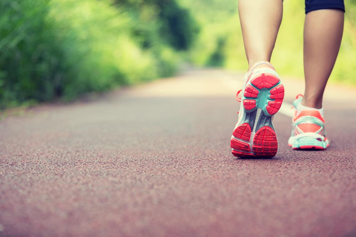 運動不足解消に効果的なウォーキングのやり方。時間目安や正しいフォームを解説