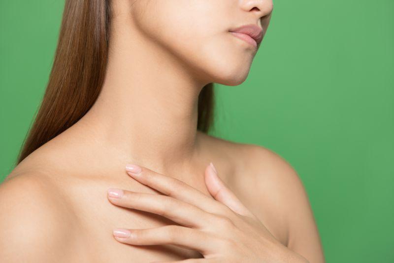 胸と肩のマッサージ