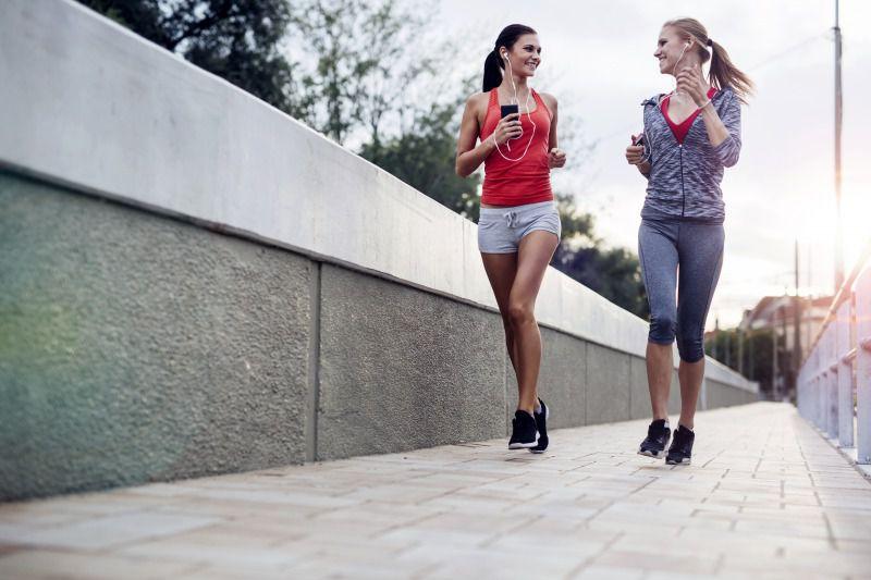 運動不足を解消するには、隣の人と会話できる速度でランニングをしよう