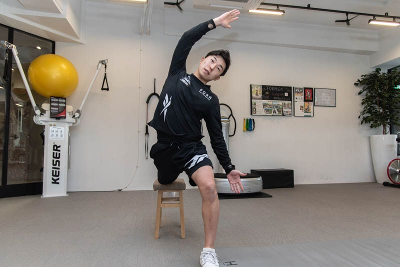 椅子を使ってできる、腰の筋肉のストレッチ