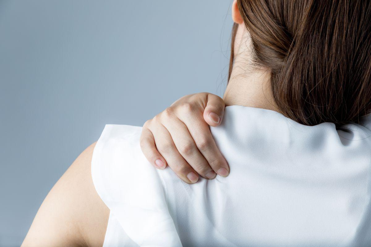 運動不足と肩こりの関係とは?簡単ストレッチと筋トレで解消していこう