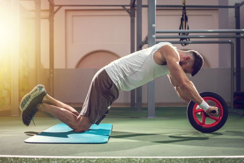 腹筋ローラーのトレーニングフォームの改善ポイント