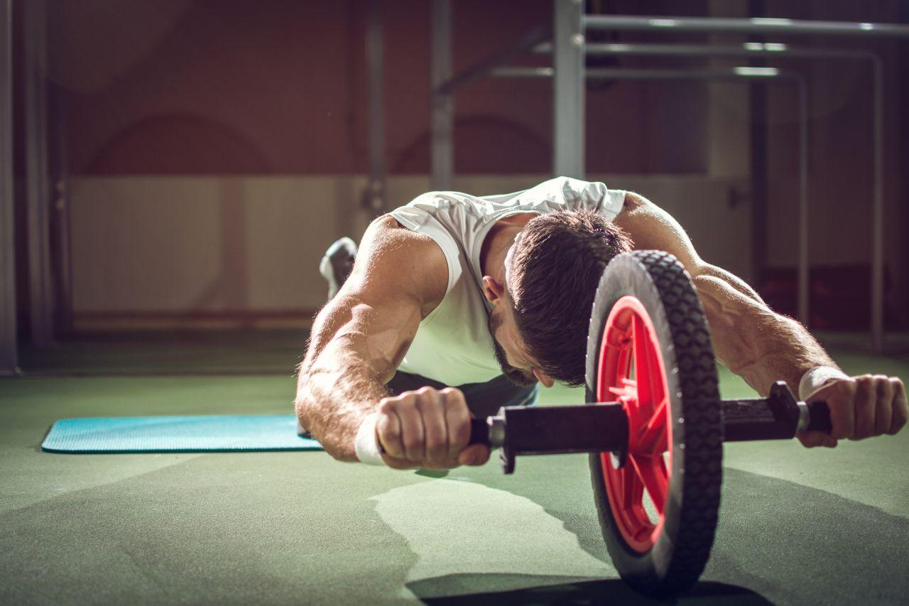 腹筋ローラーの効果が出ない原因と対処法。腹筋を割るにはフォームが重要