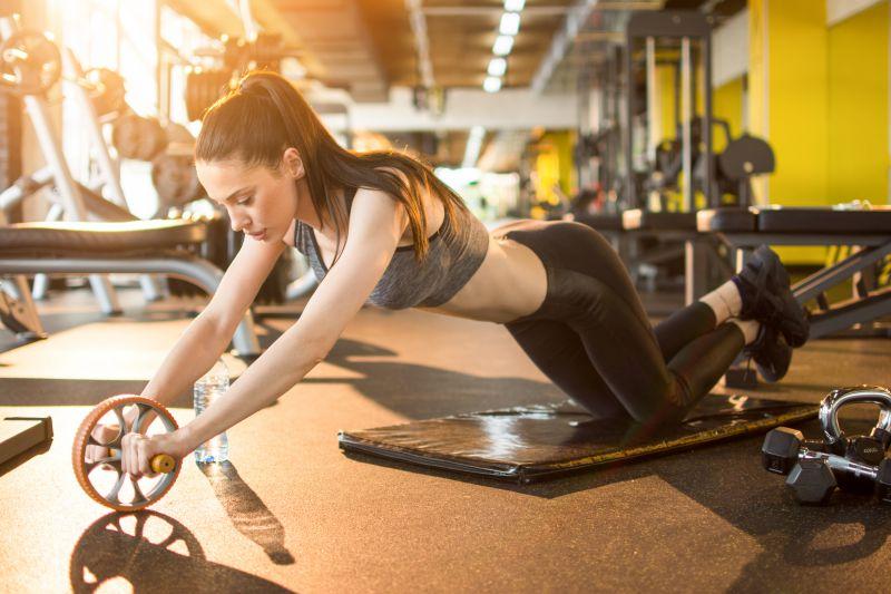 女性でもできる腹筋ローラートレーニング