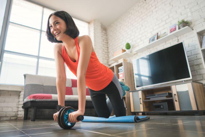 女性が腹筋ローラーを効果的に使う方法。引き締め、くびれ作りにぴったり