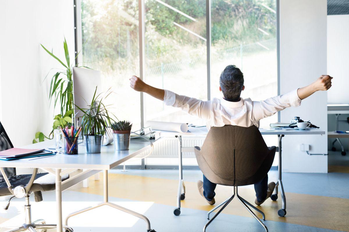 座ったままできる簡単ストレッチ7選。オフィスで肩こりを解消しよう