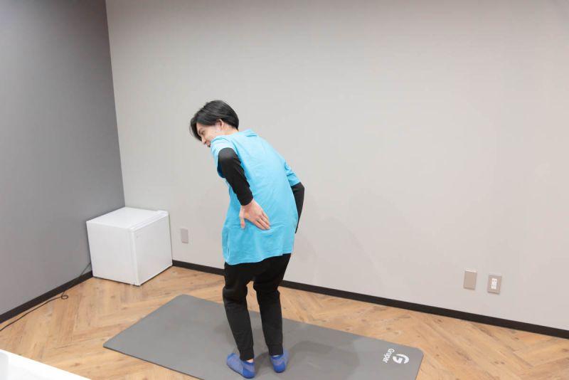 立ったときの姿勢や体の痛みなど、体の状態を確認