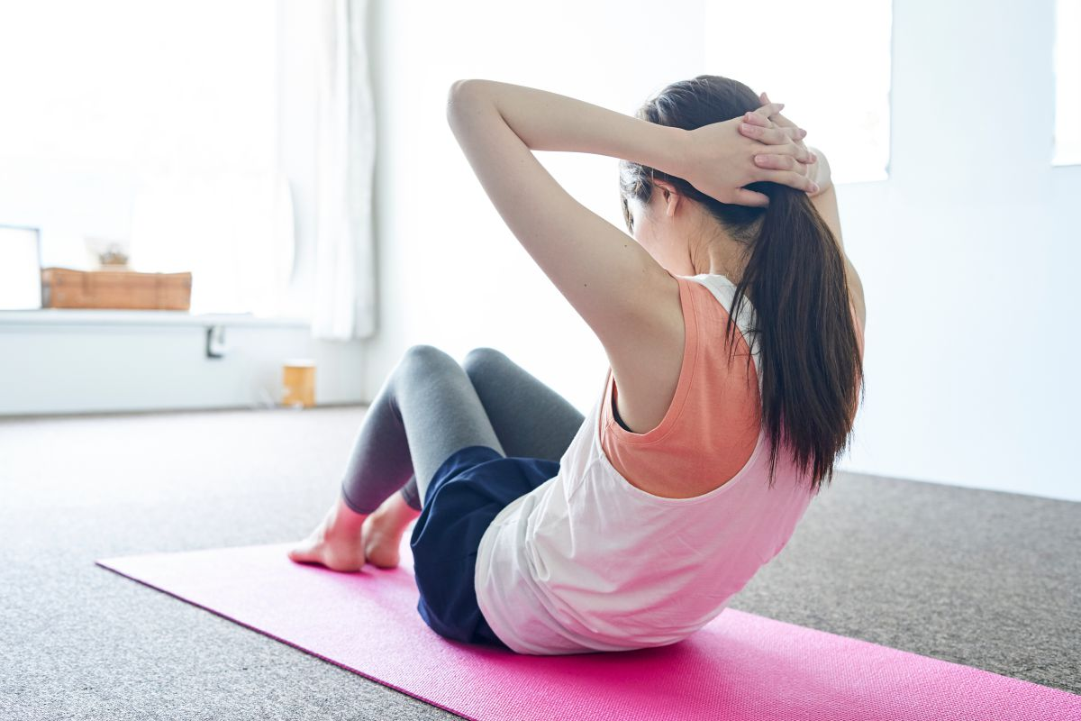 シットアップの効果的なやり方。できない女性におすすめの腹筋種目も解説