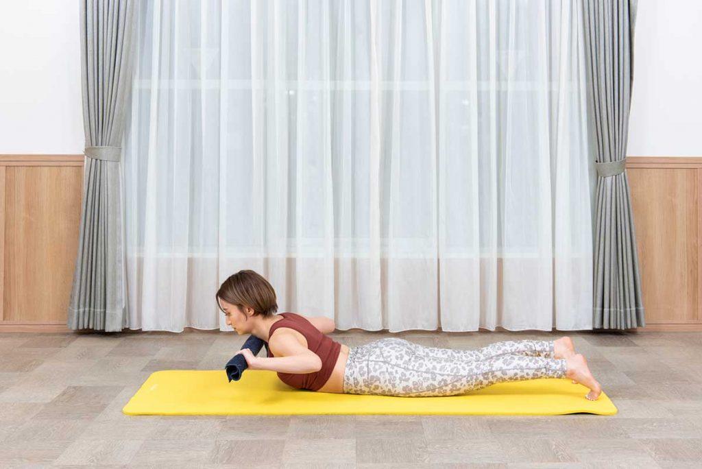 タオルローイングのやり方|意外に効く!背中痩せするためのタオル筋トレ