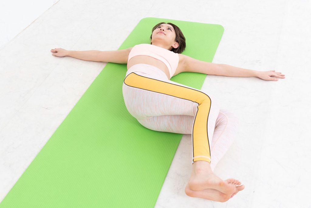 ツイストレッグレイズのやり方|腹斜筋を引き締めてくびれを作るコツを解説