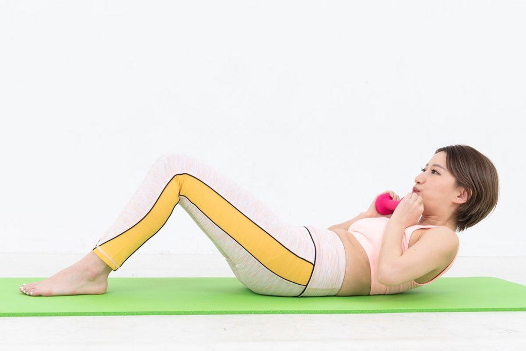 ダンベルクランチのやり方|腹直筋上部を効果率よく鍛えるコツ