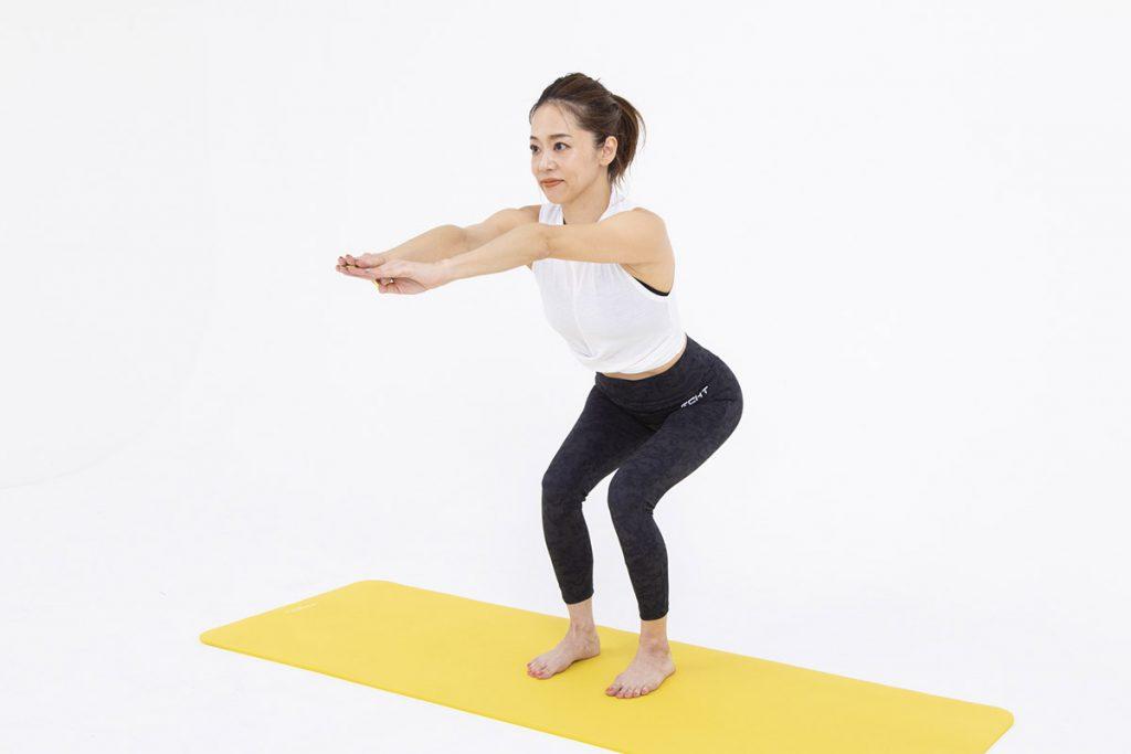 ナロースクワットのやり方|太もも前を刺激する足幅と重心を動画で解説