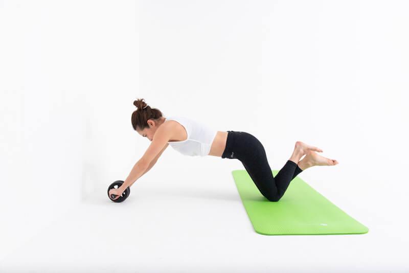 女性に効果的な腹筋ローラーのやり方